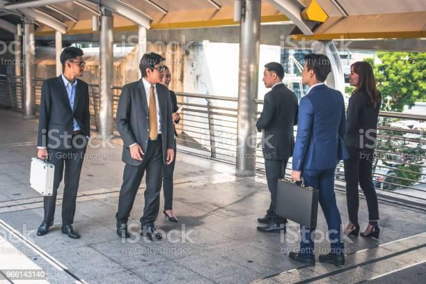 Företagaregruppen Gå På City Businessteam-foton och fler bilder på Affärskvinna