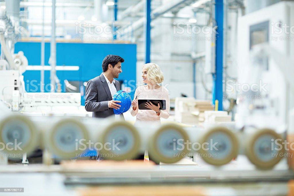 De empresários a ter uma conversa na fábrica shopfloor - foto de acervo