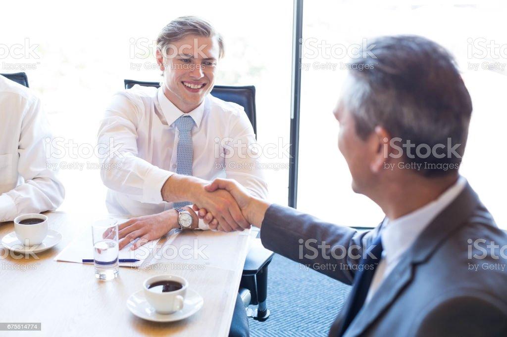 Toplantı odasında bir tartışma sahip iş adamları royalty-free stock photo