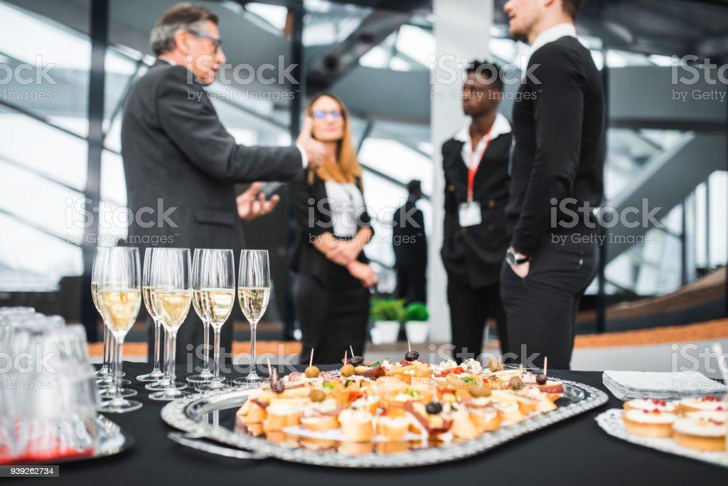 Geschäftsleute, die ein Meet and greet mit potentiellen Kunden – Foto