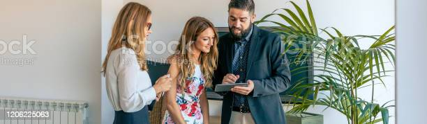 Businesspeople having an informal work meeting picture id1206225063?b=1&k=6&m=1206225063&s=612x612&h=tnrfk lwwc s0jjdwc4vduetdz7e2yh7fyadkzbv53w=