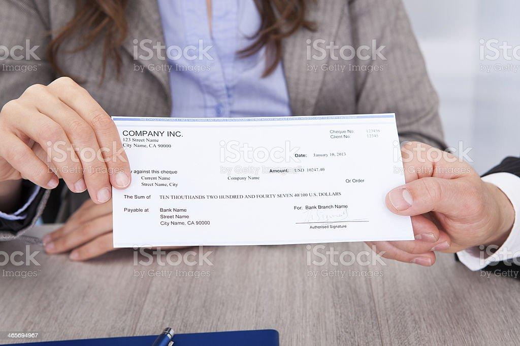 Uomini d'affari con assegno - foto stock