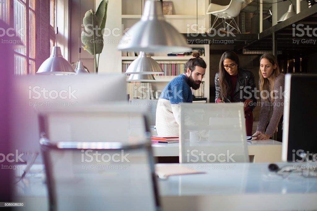 Empresarios en una reunión informal en su oficina. - foto de stock