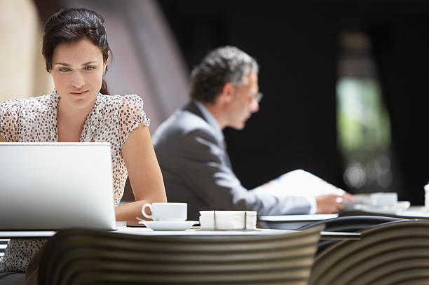 businesspeople in hotel cafe - 虛擬辦公室 個照片及圖片檔