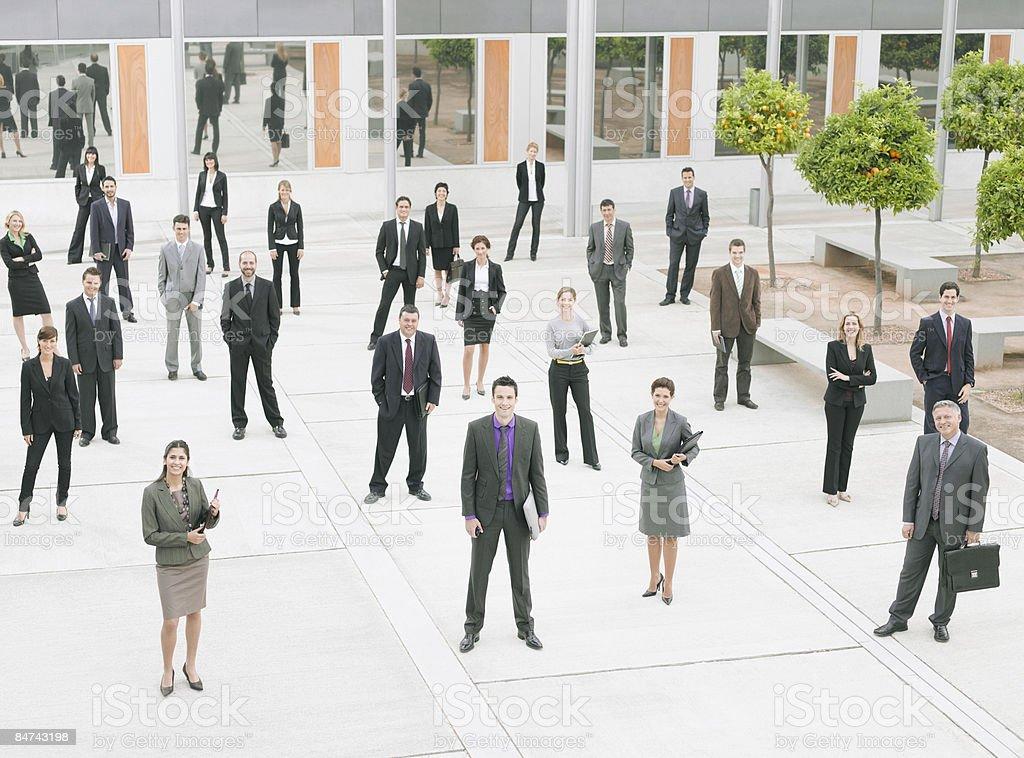Hommes d'affaires au bureau moderne de l'hôtel courtyard photo libre de droits