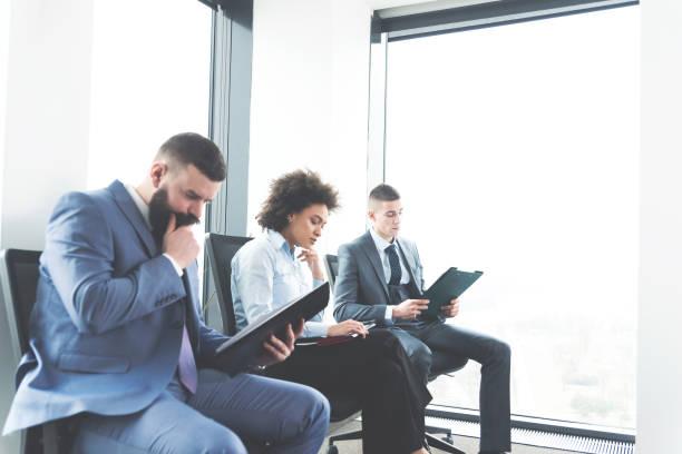 Empresários na sala de espera para entrevista de emprego - foto de acervo