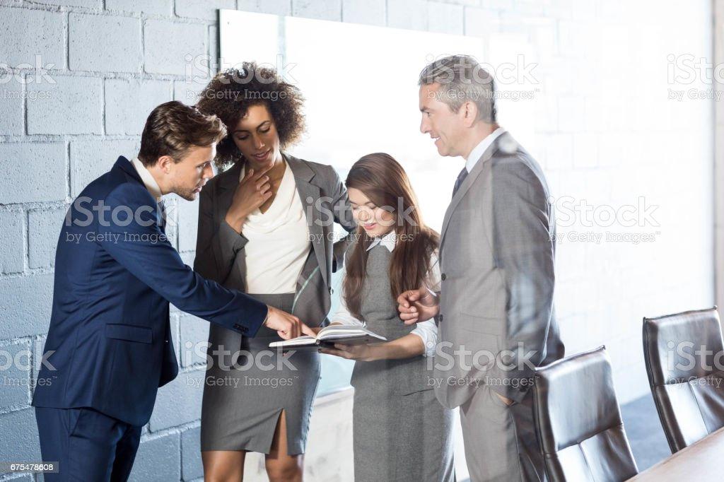 Les gens d'affaires en interaction dans la salle de conférence photo libre de droits