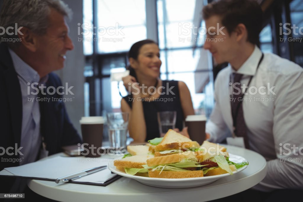 Kahvaltı yaparken etkileşim iş adamları royalty-free stock photo
