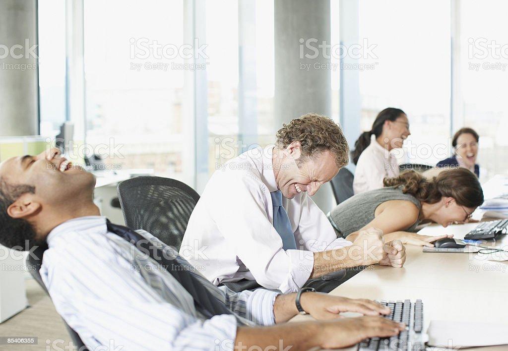 Geschäftsleute Lachen im Büro – Foto