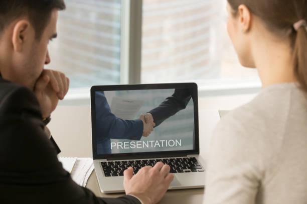 Les gens d'affaires en regardant présentation sur écran du pc à la réunion, - Photo