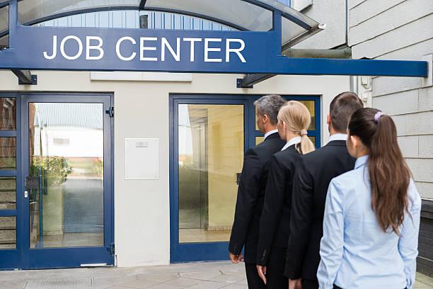 Geschäftsleute vor dem Job-Center – Foto