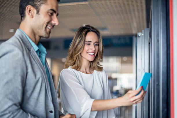Businesspeople paying contactless on a vending machine at airport – Foto