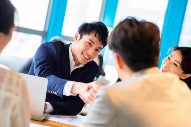 Geschäftsleute schütteln sich die Hand – Foto