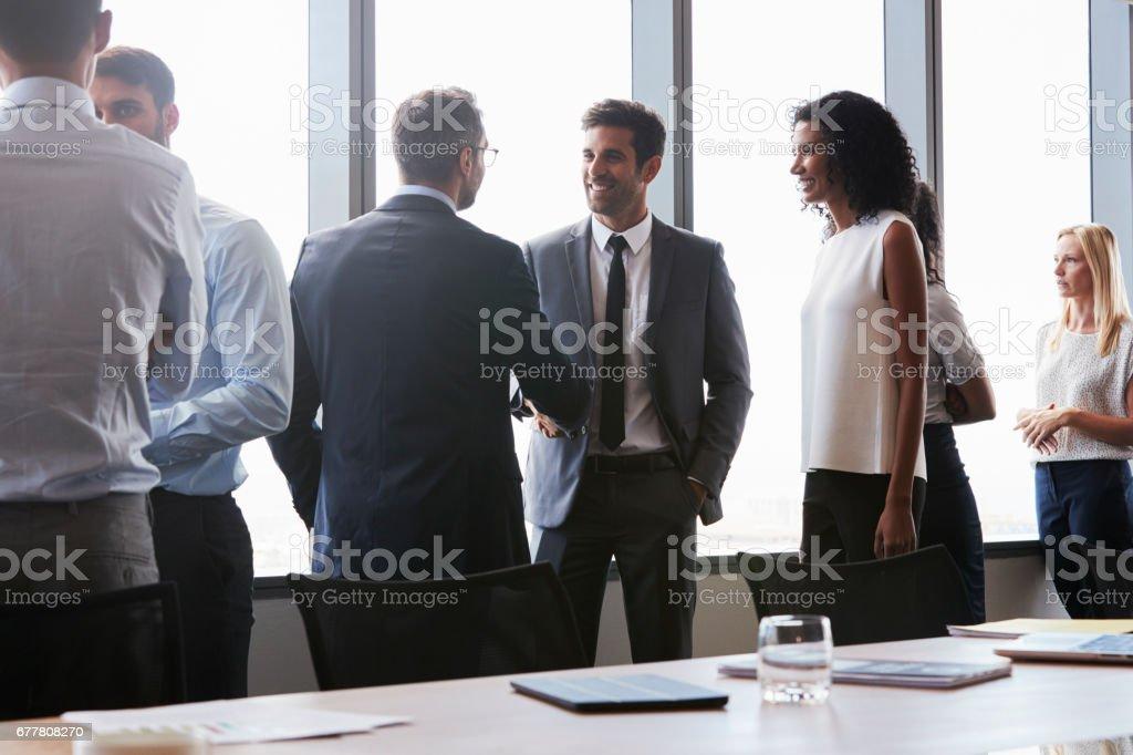 Les gens d'affaires se serrant la main avant la réunion en salle de conférence - Photo