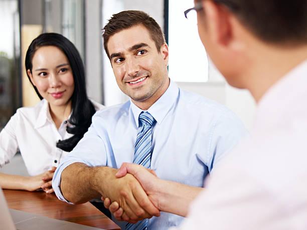 ビジネスマンに手を振るミーティング - 朝鮮半島 ストックフォトと画像