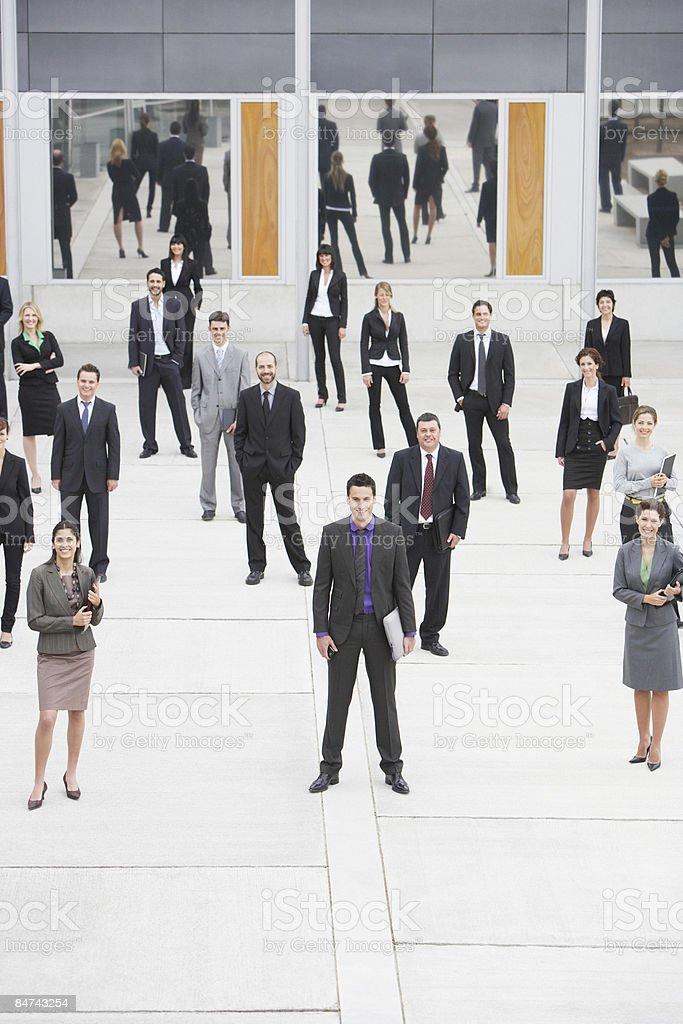 Hommes d'affaires, debout dans le bureau de l'hôtel courtyard photo libre de droits