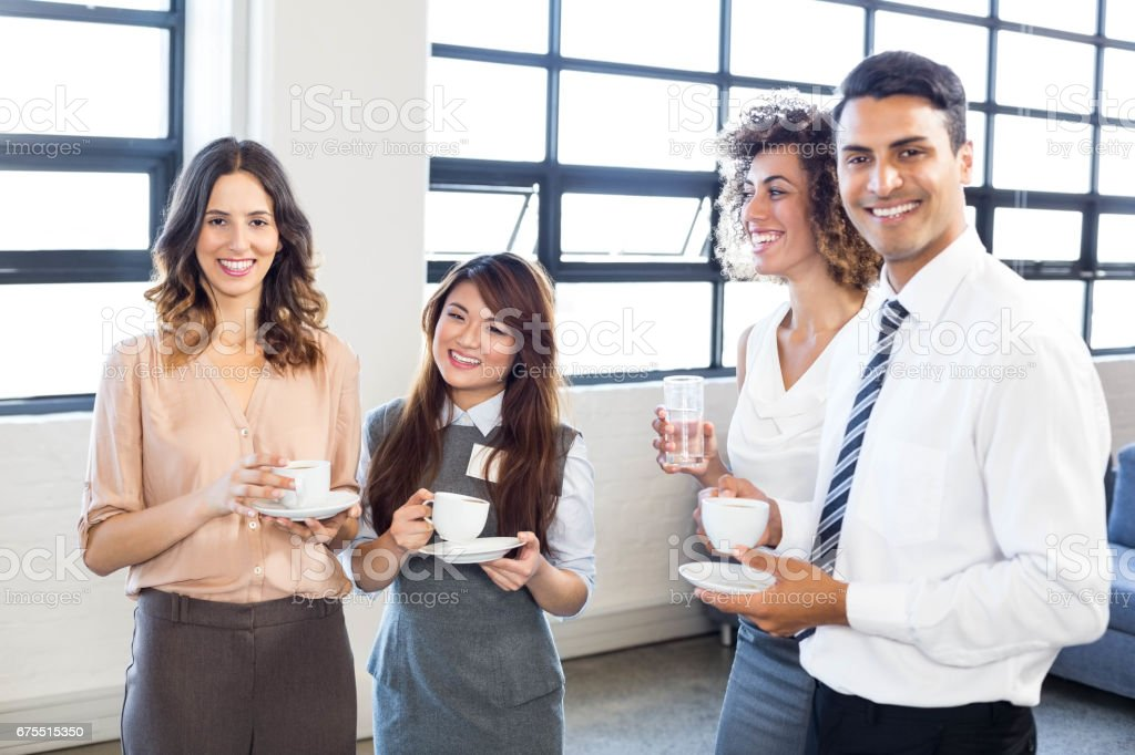 Businesspeople, debout ensemble au bureau photo libre de droits