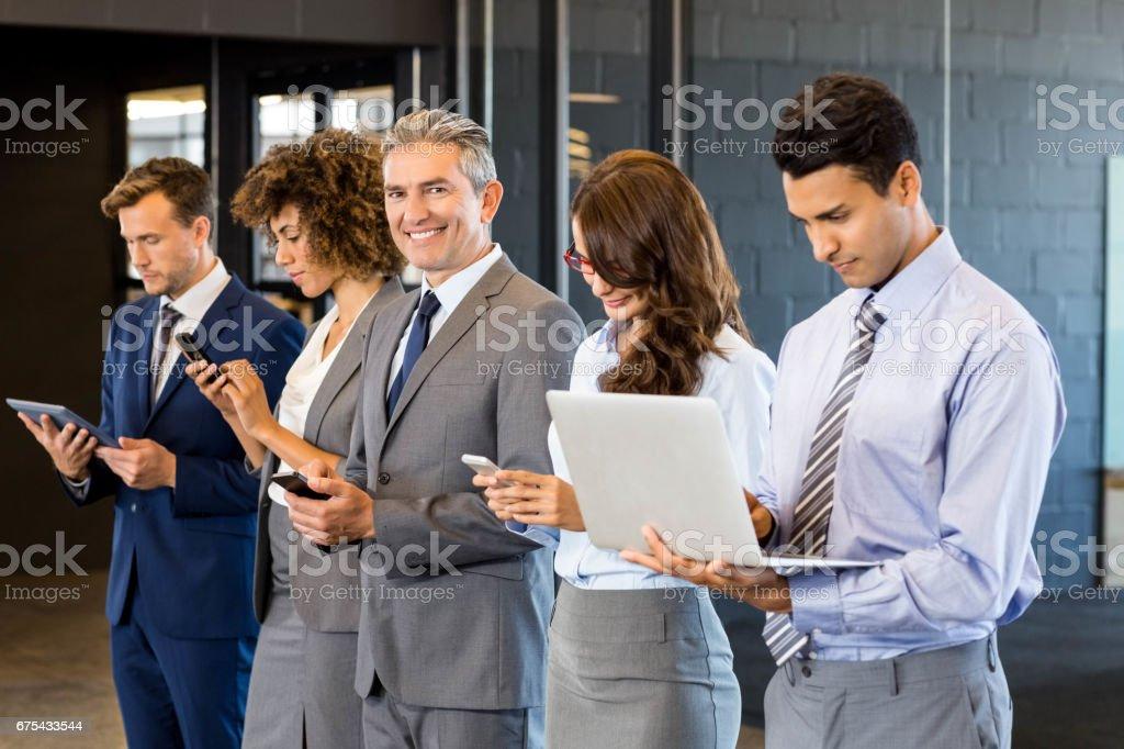 Cep telefonu, kucak tepe ve dijital tablet kullanarak iş adamları royalty-free stock photo