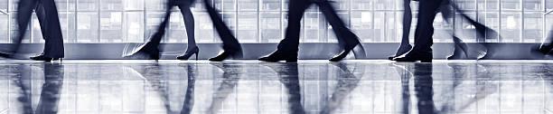 Geschäftsleute gehen in der lobby, niedrige Abschnitt – Foto