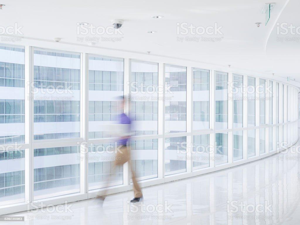 Los empresarios caminando en el pasillo foto de stock libre de derechos