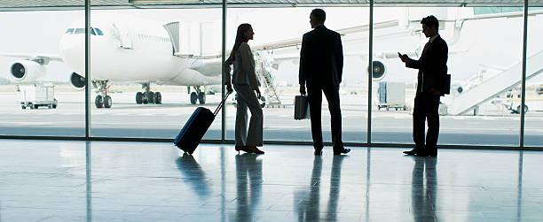 Los empresarios con maleta en el aeropuerto - foto de stock