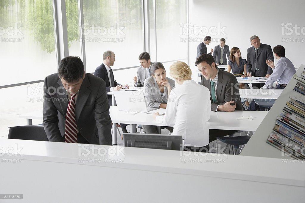 Gli uomini d'affari al lavoro in corporate training facility foto stock royalty-free