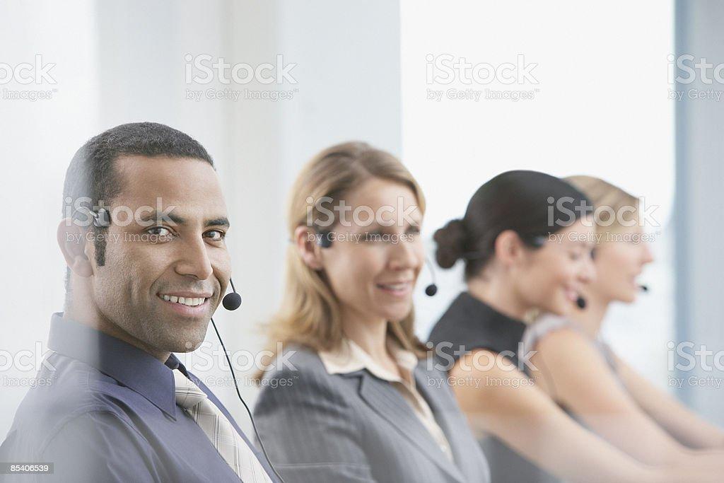 Hommes d'affaires travaillant avec casques photo libre de droits