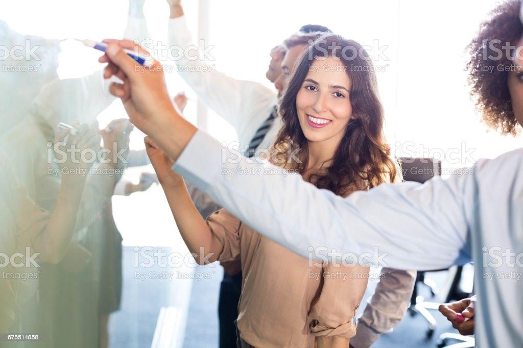 Les gens d'affaires d'écriture sur tableau blanc photo libre de droits