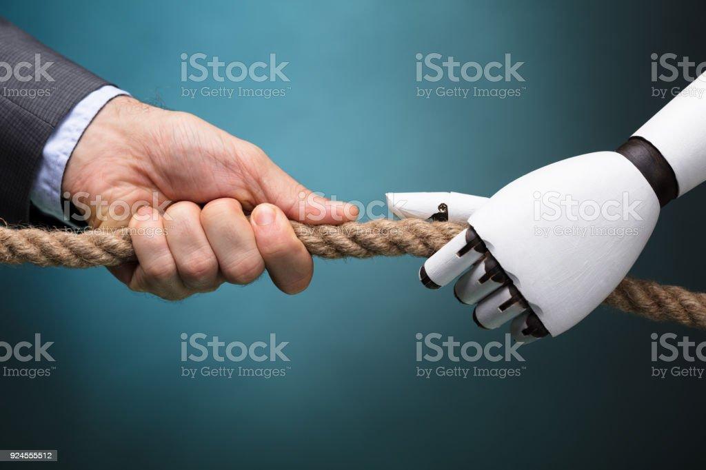 Unternehmer und Roboter spielen Tauziehen – Foto