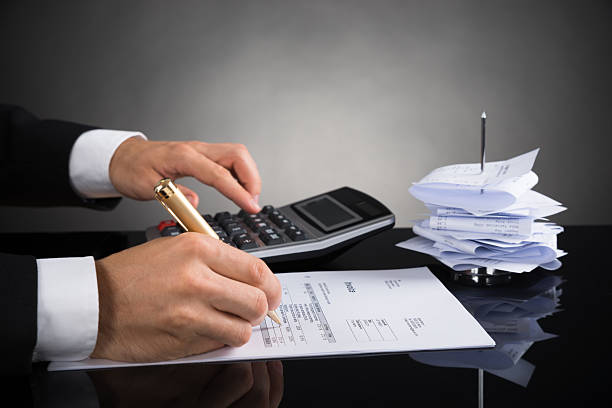 Empresario cálculo de factura en escritorio - foto de stock
