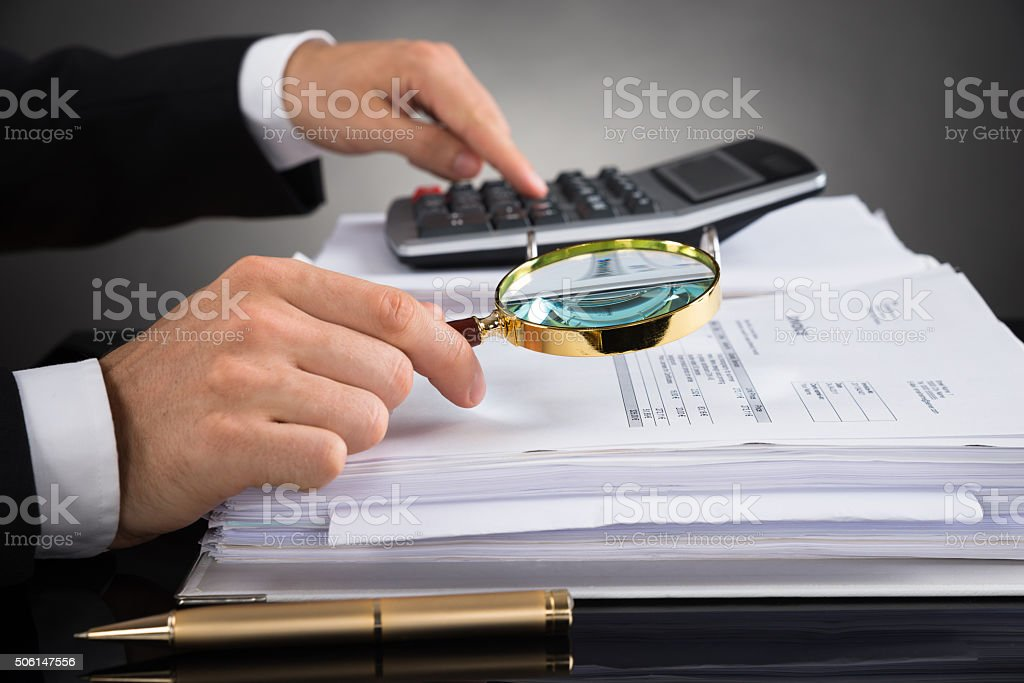 Businessperson Consultar factura con lupa - foto de stock