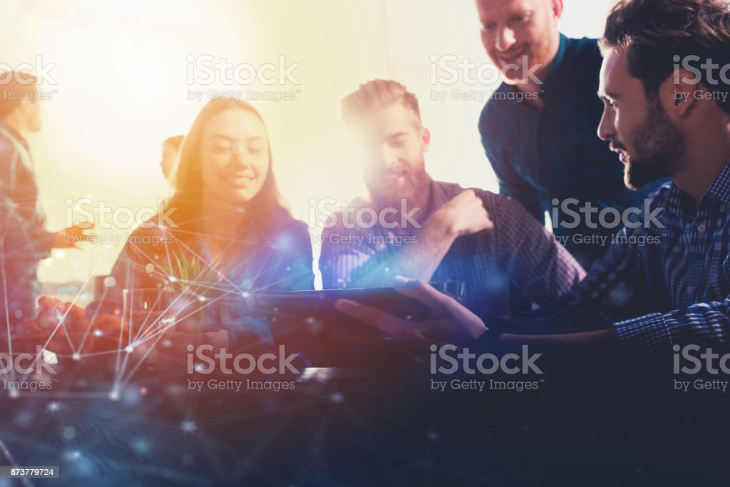 Businessperson in office connected on internet with a laptop. concept of partnership and teamwork foto stock royalty-free