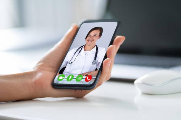 empresario videochatting con doctor en smartphone - telehealth fotografías e imágenes de stock