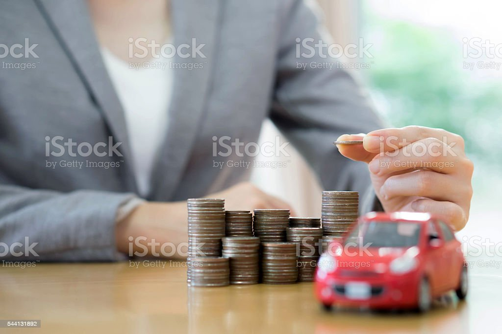 Businesswoman a toy car and a stack of coins – Foto