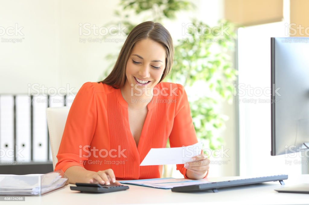 Businesswoman accounting at office - foto stock