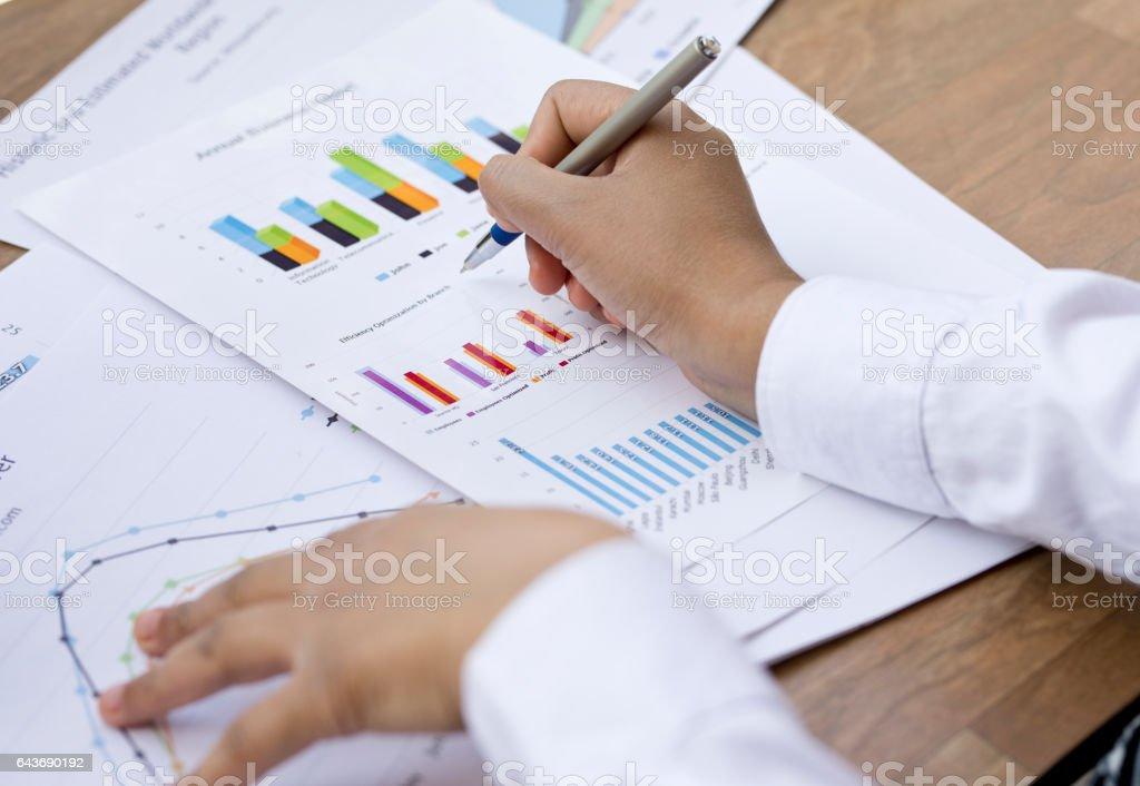 Geschäftsfrau Analyse Geschäftsbericht – Foto
