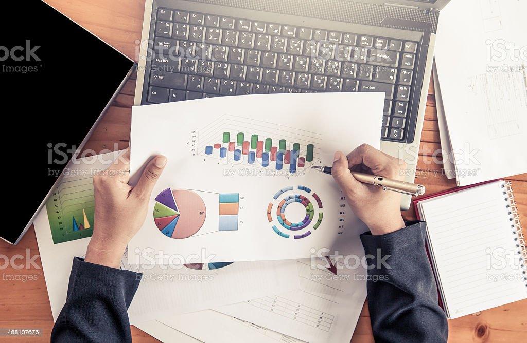 Femme d'affaires analyser d'affaires avec les tableaux et graphiques de rapport - Photo