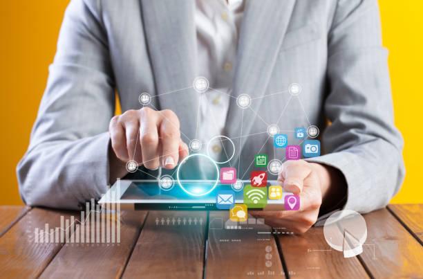 Geschäftsfrau, die Analyse der Grafik auf digital-Tablette – Foto