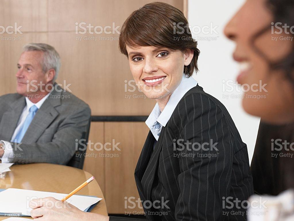 Mujer de negocios y sus colegas en una reunión foto de stock libre de derechos