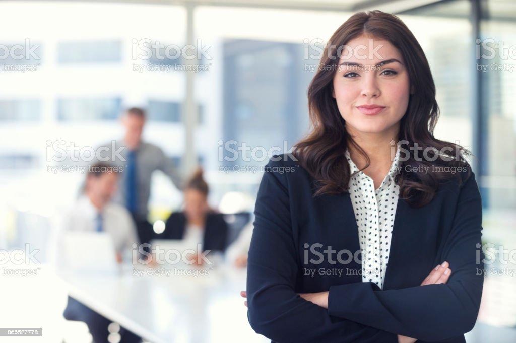 Geschäftsfrau und Team im Büro. – Foto