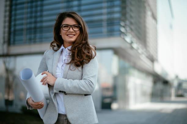 Geschäftsfrau, Architektin, Blaupause, Ingenieurin. Geschäftsfrau mit Projekt – Foto