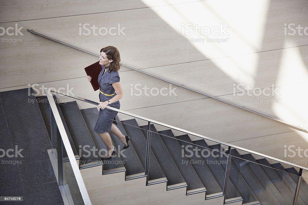 Femme d'affaires grimper bureau escalier photo libre de droits