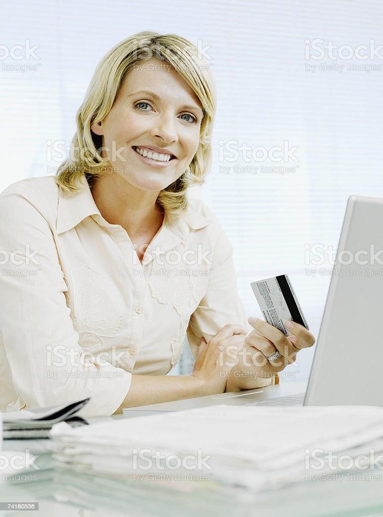 Mulher de negócios com cartão de crédito no computador foto de stock royalty-free