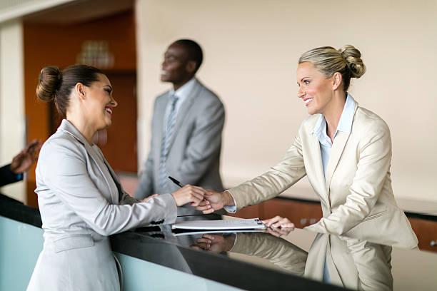 Geschäftsfrau am Empfang – Foto