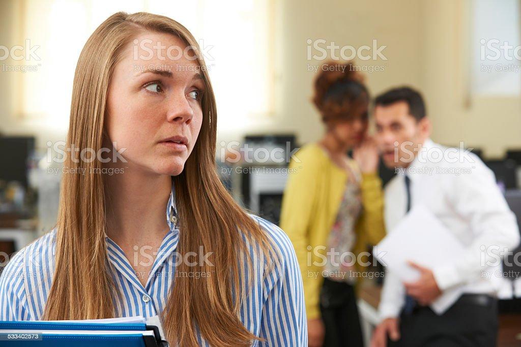 Femme d'affaires étant Gossiped sur par des collègues de bureau - Photo