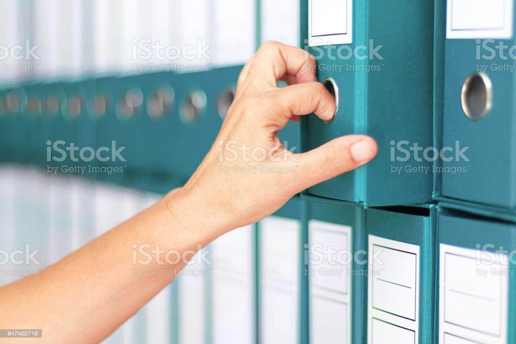 Geschäftsfrau Bindemittel weibliche Buchhalter Archivierung von Geschäftsunterlagen – Foto