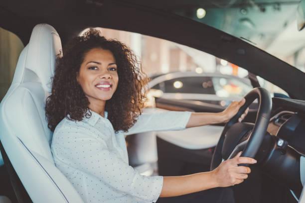 comprar carro novo de mulher de negócios - carro mulher - fotografias e filmes do acervo