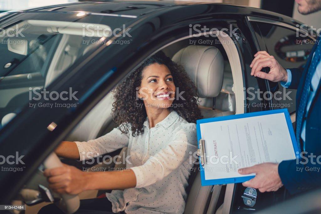 Geschäftsfrau Kauf Neuwagen – Foto