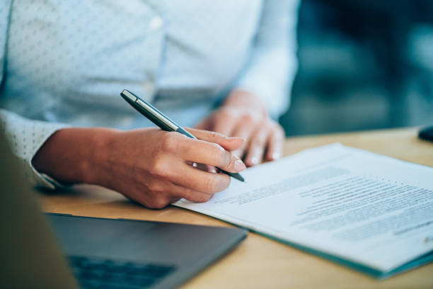 geschäftsfrau prüft vereinbarung vor der unterzeichnung. - unterschrift stock-fotos und bilder
