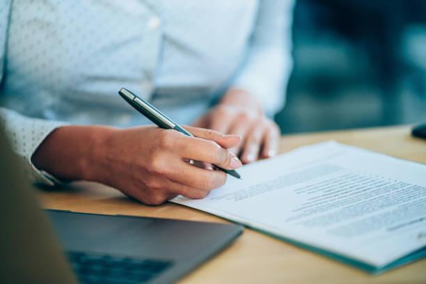 empresária verificando acordo antes de assinar. - acordo - fotografias e filmes do acervo